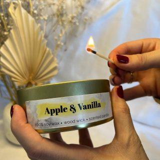 Apple & Vanilla  Deze houtachtige en kruidige geur heeft een frisse gloed van zwoele zoete appel die perfect gecombineerd wordt met de warme kruidige kaneel. De intense warmte van vanille heeft een kalmerende en verzachtende werking en zorgt voor een vrolijke sfeer.  💛 Deze geur is geïnspireerd op Boss Bottled (Hugo Boss).  #geurkaarsen  #vegankaarsen #geurkaars #sojawas #sojakaarsen #sojakaars #duurzaam #geurstokjes #kaarsenbusiness #kaarsen #handgemaakt #ambacht #manifesteren #vrouwelijkeondernemers