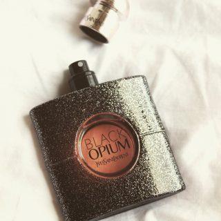De nieuwe valentine's special heeft een sensuele en spannende geur en is geïnspireerd op Black Opium (Yves Saint Laurent) 💗🖤 • • • • • #handmade #handgemaakt #kaarsen #geurkaarsen #geurkaars #ecofriendly #duurzaam #vegancandles #vegankaarsen #candlemaking #crueltyfree #winkel #webshop #ikkooplokaal #ondernemer #onderneming #love #eco #homedecor #instadaily #genieten #gezellig #candlelove #dutchbrand #slowliving #selfcaretip #valentijnscadeau #valentijn