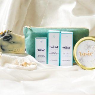 💛GIVEAWAY: WIN HEERLIJKE SELF-CARE PRODUCTEN💛  Een moment voor jezelf. Dat kunnen we allemaal wel eens gebruiken. Wat ons betreft kan dat niet vaak genoeg! Daarom hebben wij onze handen ineen geslagen en een heerlijk pakket samengesteld. Om uitgebreid te genieten van fijne huidverzorgingsproducten, geuren en mooi kaarslicht.   Wij verloten DRIE van deze heerlijke pakketten met een waarde van maar liefst €79,-!  In het pakket vind je de volgende producten:  • 2x Body Bar naar keuze met duurzaam zeepzakje van @azurnaturalbodycare • 1x Witlof Skincare set (bevat Cleansing Mousse, Balancing Toner en Facial Cream in een toilettasje) van @witlofskincare • 1x Geurkaars van sojawas met houtlont (we verloten de geuren Yuzu & Sandalwood / Apple & Vanilla / Peony & Musk) van @yosie.nl  Hoe maak je kans? - volg @azurnaturalbodycare @witlofskincare @yosie.nl - like dit bericht en tag minimaal 2 personen - deel dit bericht in je story voor een extra winkans (vergeet ons niet te taggen)  De winnaar wordt maandag 27 september bekend gemaakt! ❤️