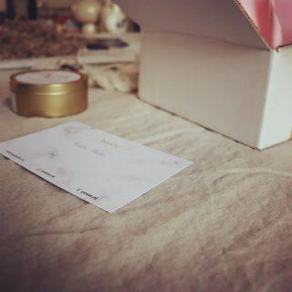 Veel tijd, liefde en aandacht besteden we aan het inpakken van de bestellingen. Iedere keer weer een van de leukste dingen: een persoonlijk kaartje schrijven voor onze klanten.   Wil je een Yosie-kaars cadeau geven? Laat dan je boodschap achter in een opmerking bij je bestelling, dan voegen we dit toe op een handgeschreven kaartje ✨   #kaarsen #geurkaarsen  #sojakaarsen #duurzaam #vegankaarsen #geurkaars #sojawas