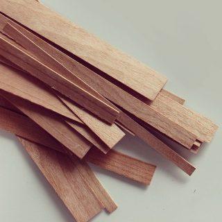 Voor onze kaarsen gebruiken wij houten lonten, ook wel wood-wicks genoemd. Door de combinatie van sojawas en de houten lonten branden de kaarsen helemaal op, een houten lont geeft namelijk meer warmte af dan een katoenen lont. Wij hebben een zorgvuldige afstemming gemaakt van de sojawas, de houten lont en de luxe oliën, hierdoor brandt de kaars mooi en rustig. Er is minder rook en roet uitstoot en de lont heeft een constante vlamgrootte.  #geurkaarsen  #vegankaarsen #geurkaars #sojawas #vegan #handgemaakt #geurkaarsenliefhebbers