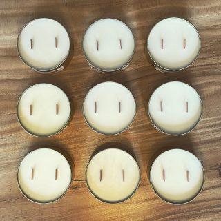Onze kaarsen worden gemaakt van sojawas, een natuurlijk en gezond alternatief voor paraffine, een was die minstens elf verschillende gifstoffen achterlaat na het branden. De sojawas wordt gemaakt van sojabonen en bestaat uit volledig natuurlijke ingrediënten, en is daarmee volledig biologisch afbreekbaar, vegan en dierproefvrij.  #soywaxcandles #geurkaarsen #candlelove #candleaddict #duurzaam #vegankaarsen #interieur #candles #candlesofinstagram #smallbusinessnl #woonkamerstyling #kaarsen #sojakaars #conceptstore #interieur #cadeauidee #giftseason